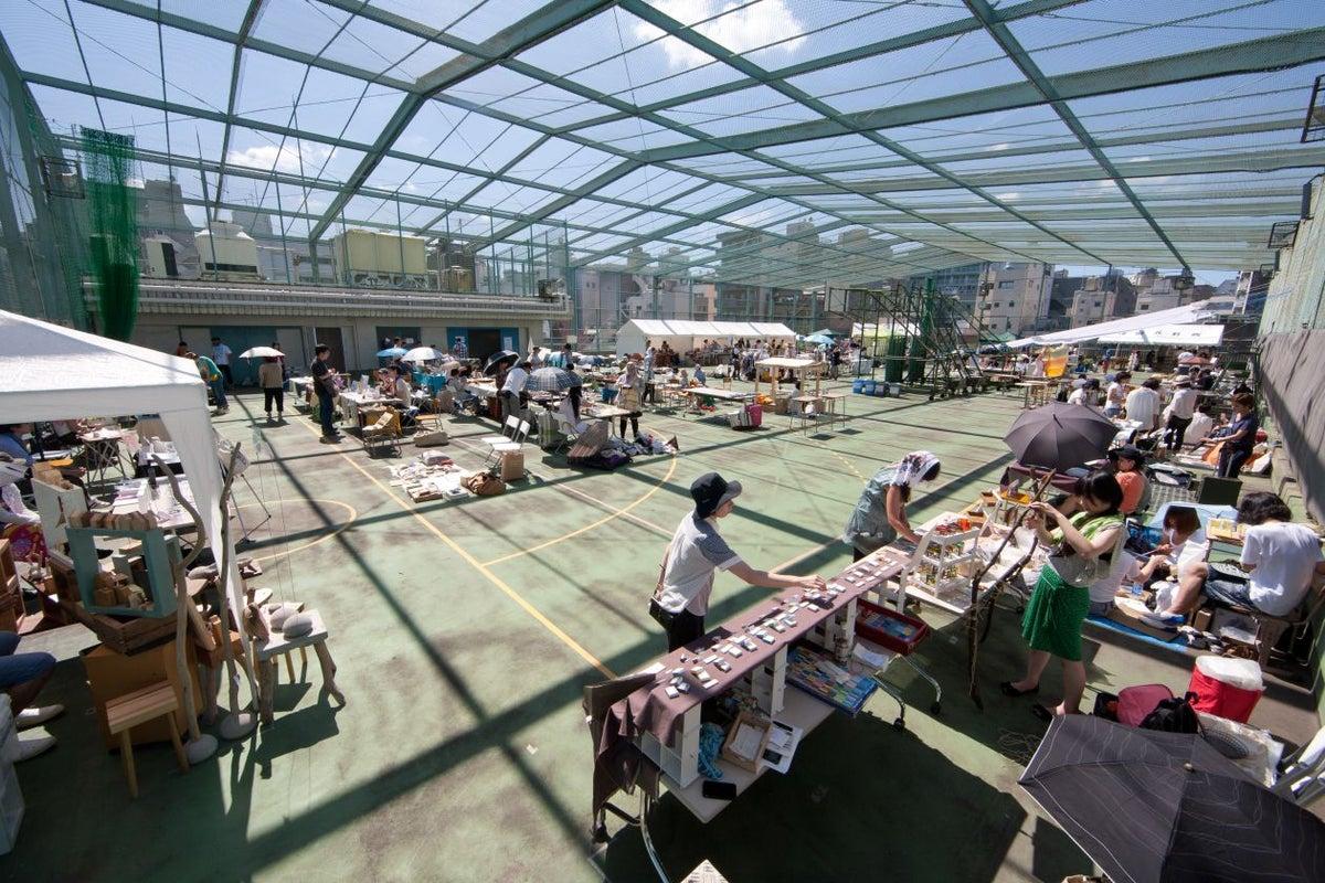 マーケットイベントや撮影などができる 開放感あふれる屋上の元グラウンド  の写真