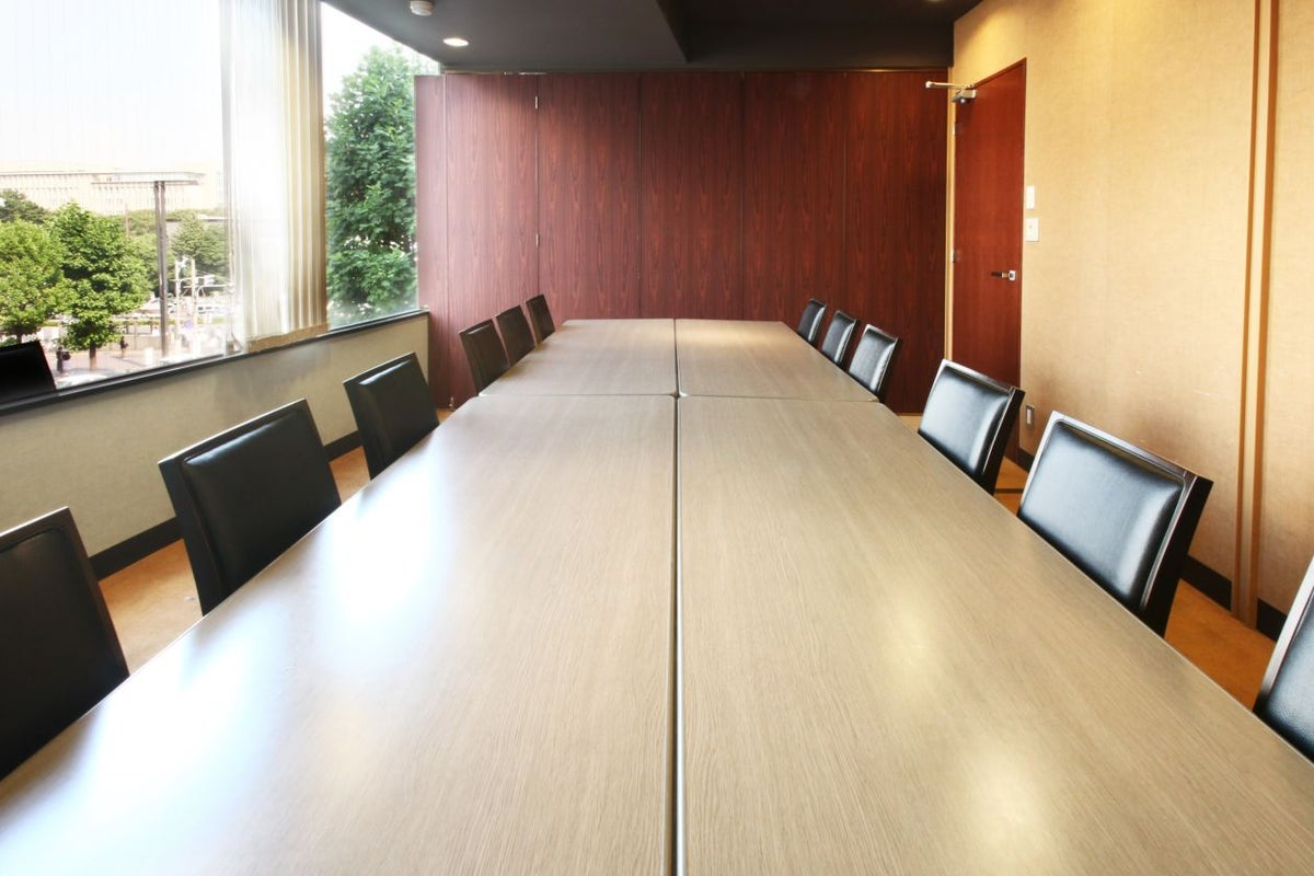 四谷駅から1分。大きな窓が心地よい12名収容の本格会議室/会議室B+C の写真