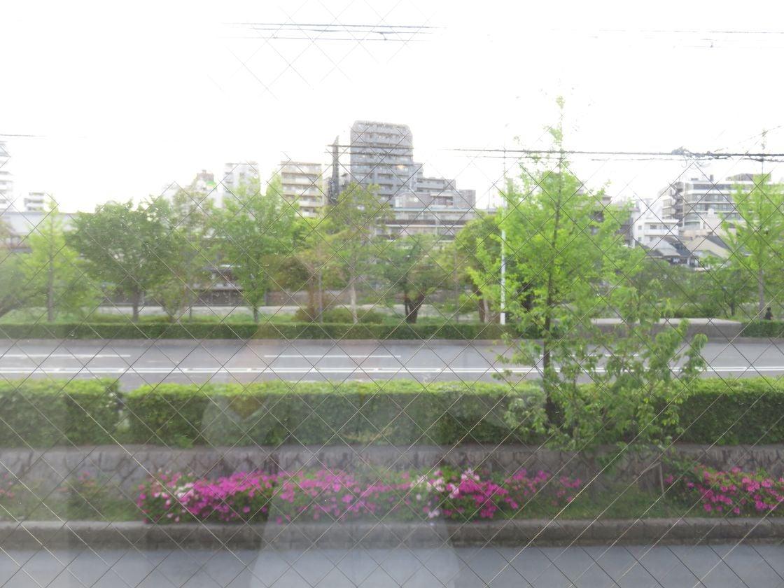 窓が大きく鴨川の景色が美しいです。春は桜がキレイに見えます。