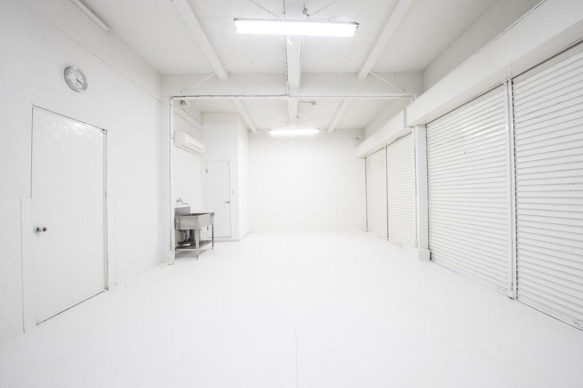 【京都市】白床白壁、木の床材、照明機材などのレンタルあり、様々な撮影にお使いいただけるレンタルスタジオ の写真