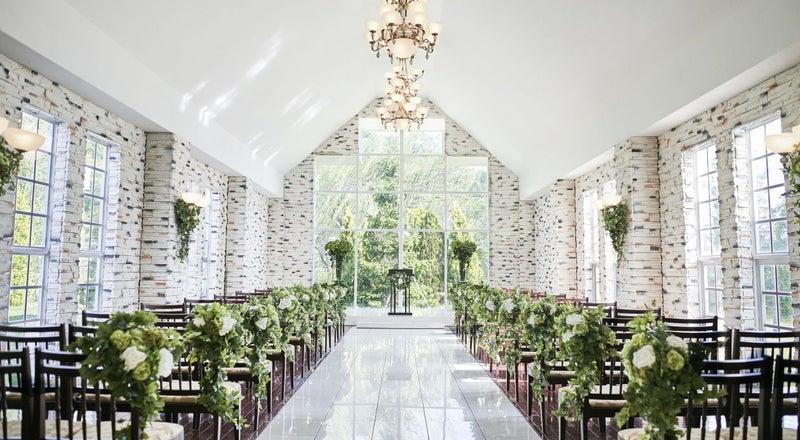 開放的な広い窓と白を基調としたキレイな空間が印象的なチャペル 撮影にどうぞ