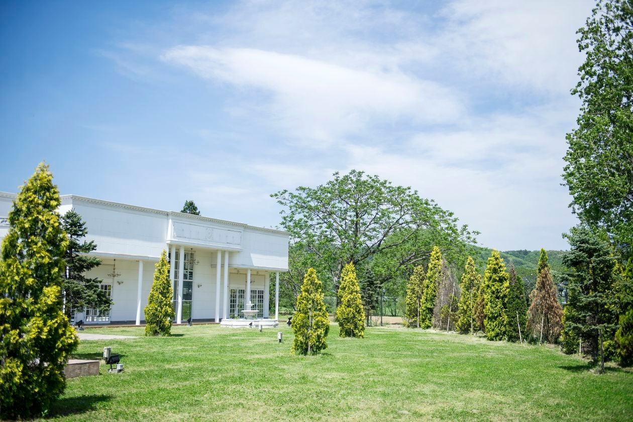 開放的な広い窓と白を基調としたキレイな空間が印象的なチャペル 撮影にどうぞ の写真