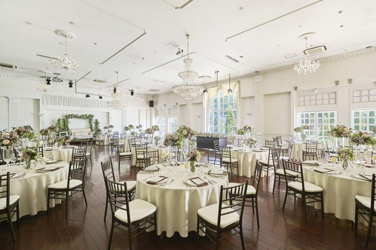 白を基調とした豪華なバンケットを使ってパーティーやイベントに の写真