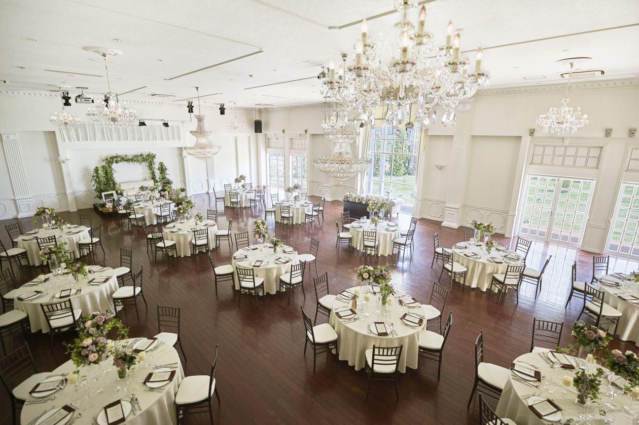 白を基調とした豪華なバンケットを使ってパーティーやイベントに(アンソレイユ盛岡) の写真0