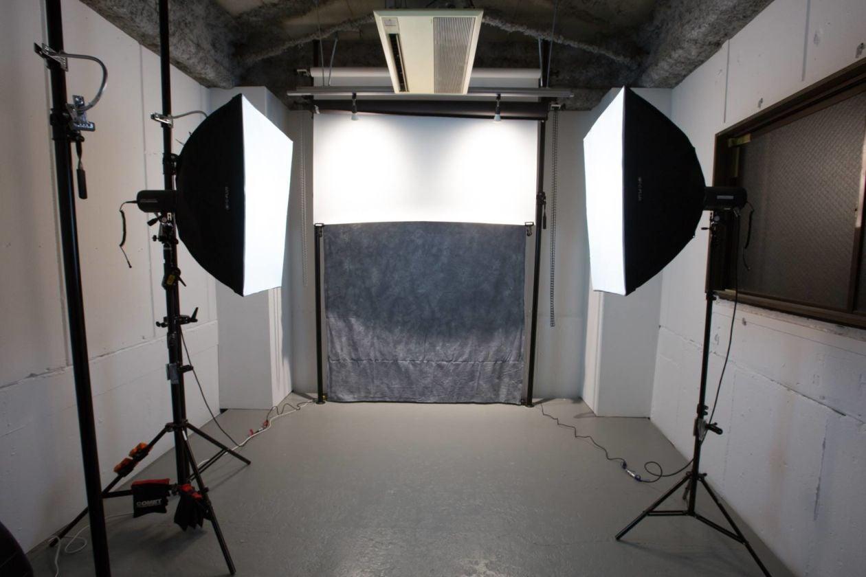 【水道橋/後楽園】ガラス張りの入り口を抜けた先に現れる本格的な撮影スタジオ の写真