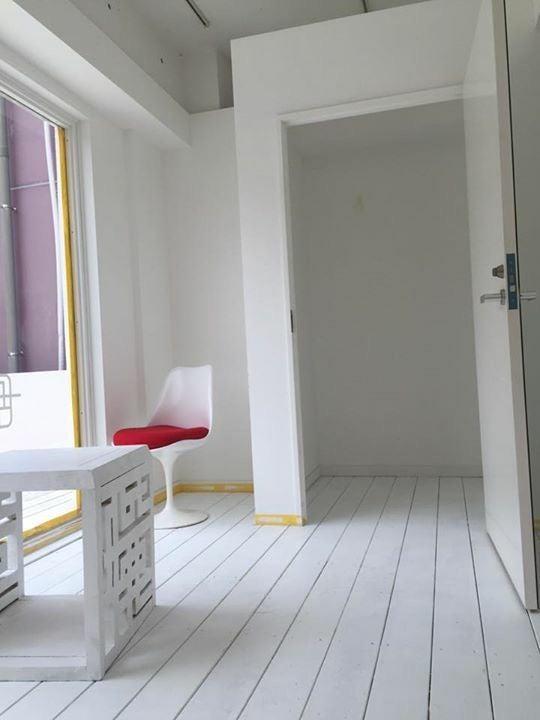 フィッティングルームの扉には鏡がついており、中にも鏡がございます。