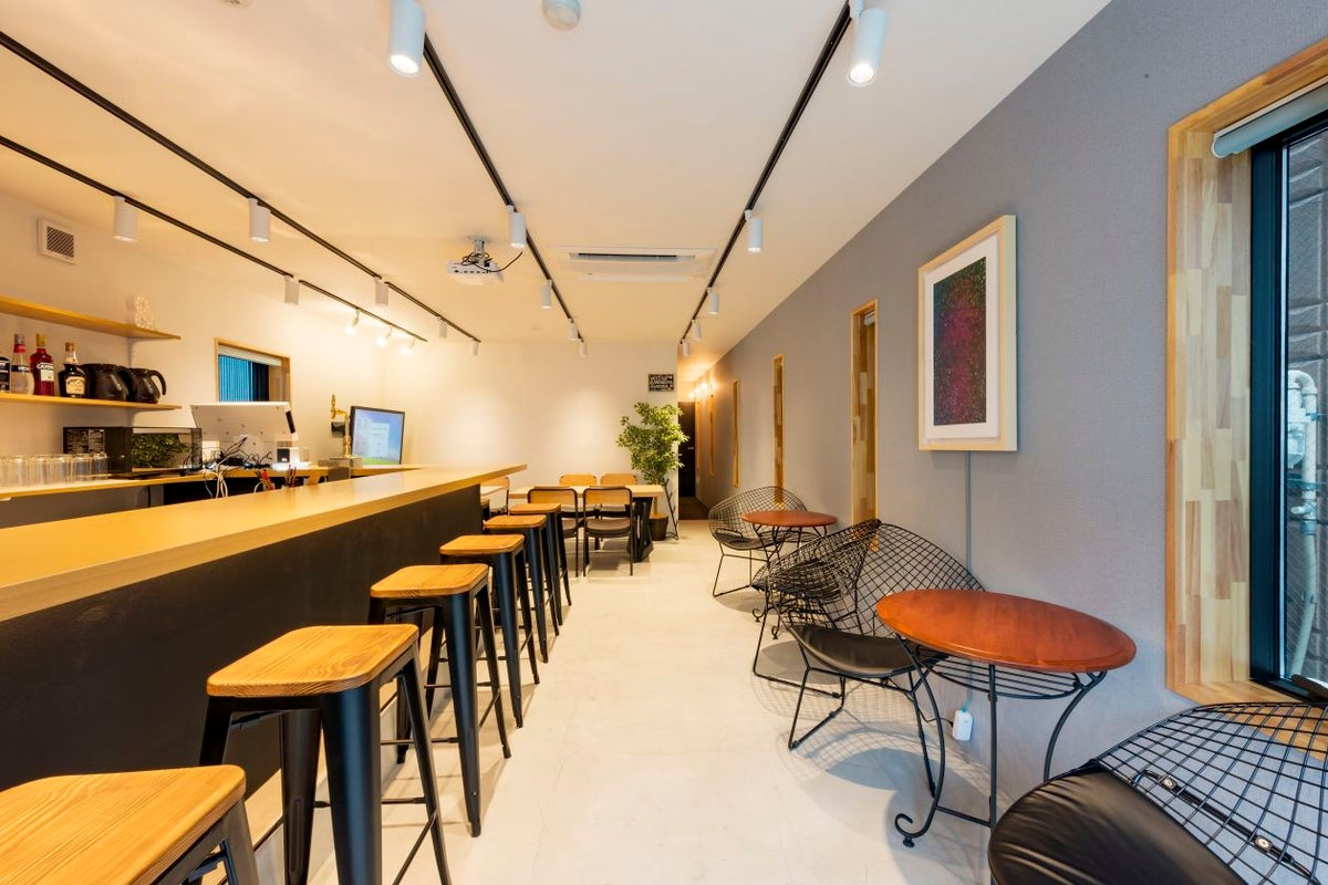 【&AND HOSTEL ASAKUSA NORTH】ゲストハウスの1階のBARスペース!宿泊プランも可能! の写真