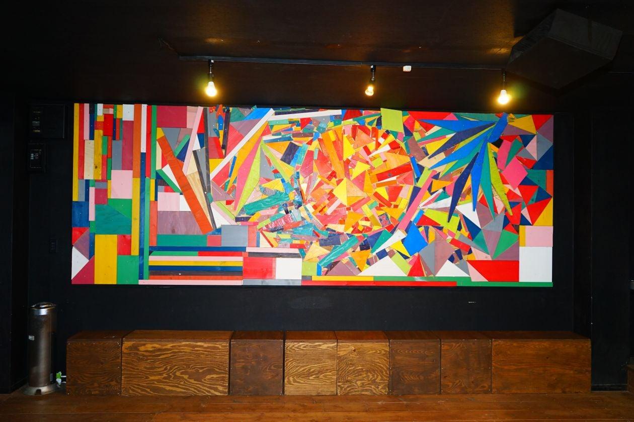 入って左手に壁一面のモザイク画。
