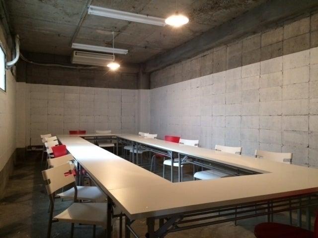 ・レンタルスペースBは、椅子の追加によりロの字配置で、最大20名まで収容可。 ・上映会、講演会など椅子のみの場合は25~30席程度まで収容可。