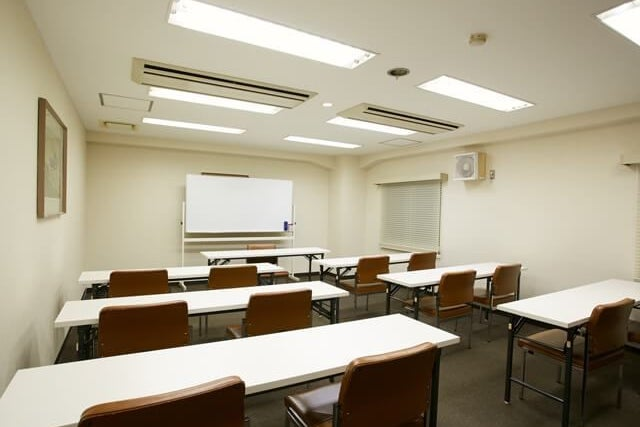 約24名収容可能な小会議室【302会議室】 の写真