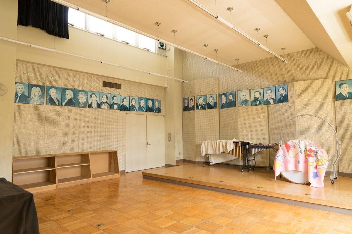 【営業自粛中】音楽室/グランドピアノ設置/東京都/奥多摩/自然に囲まれた廃校 演奏会などにもご利用ください! の写真