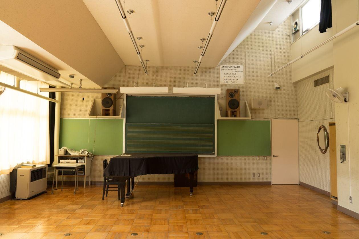 グランドピアノがある音楽室で演奏会などにご利用ください(OKUTAMA+(旧古里中学校)) の写真0