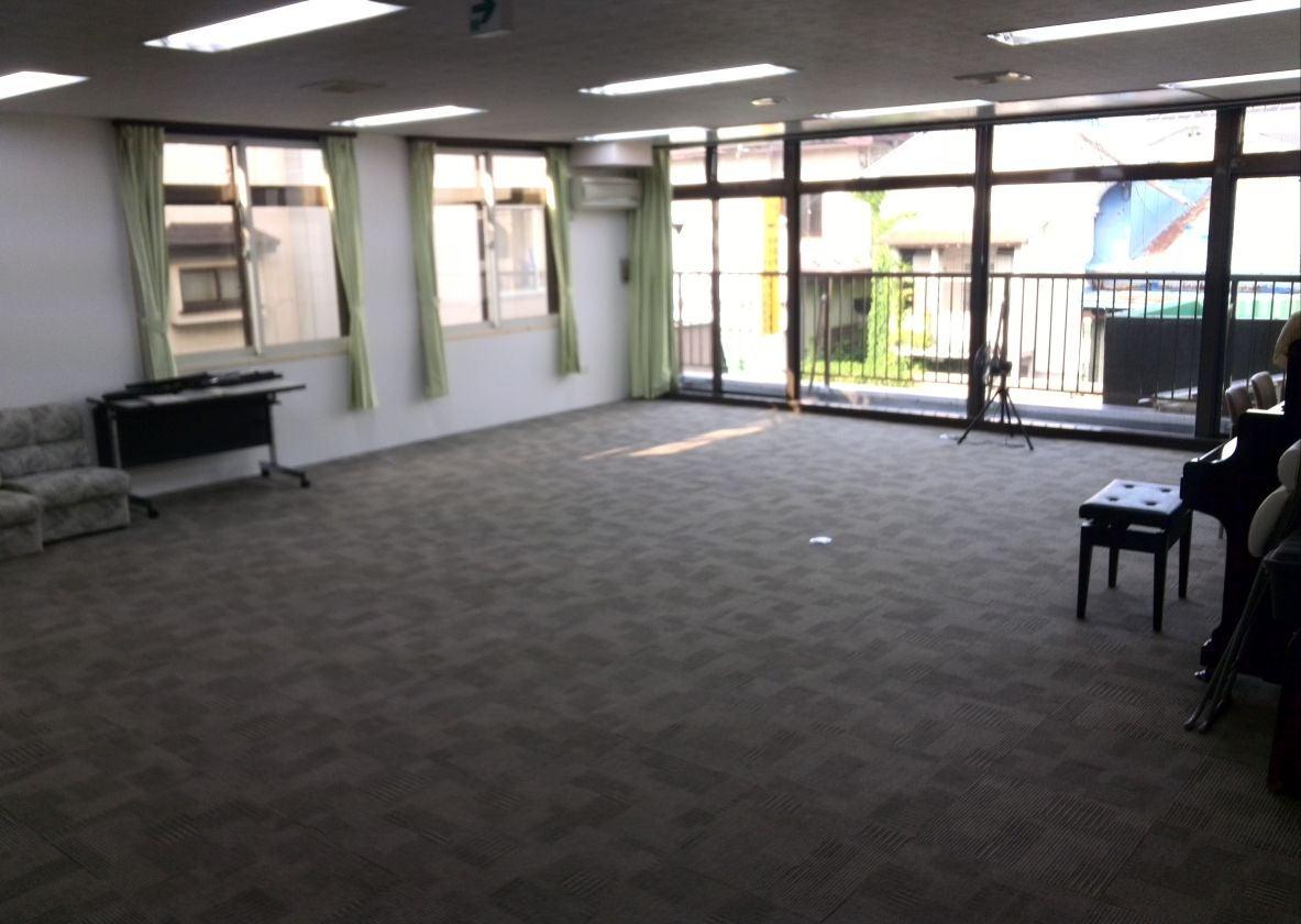 アップライトピアノ2台があるスペース