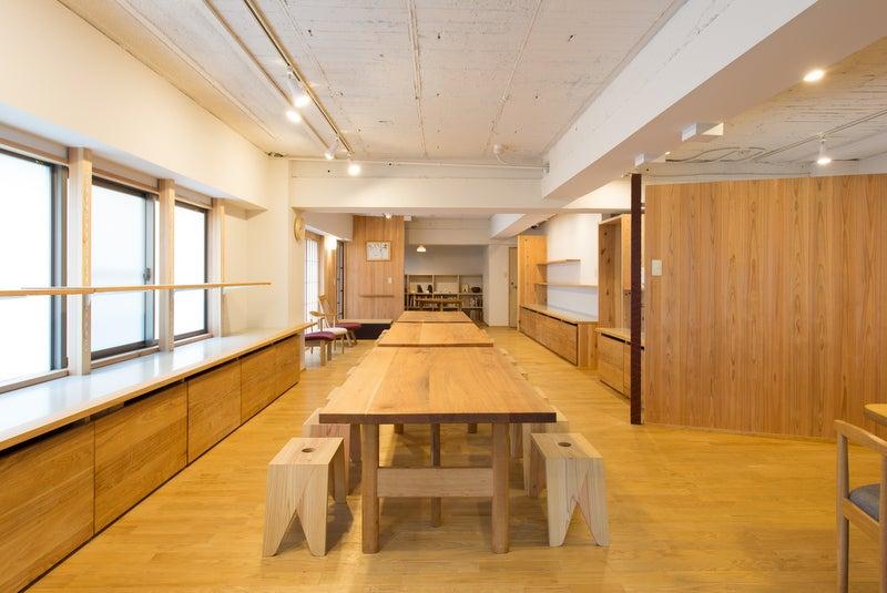 テーブルのサイズは180×90cm。合計3台あります。1台のテーブルにつき、スツールなら6脚、背もたれつきの椅子なら4脚設置できます。