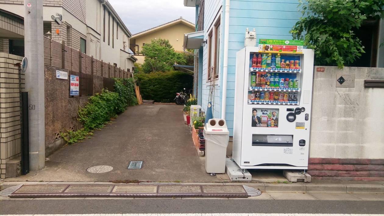 cafeより徒歩1分です、外観は一軒家になります。