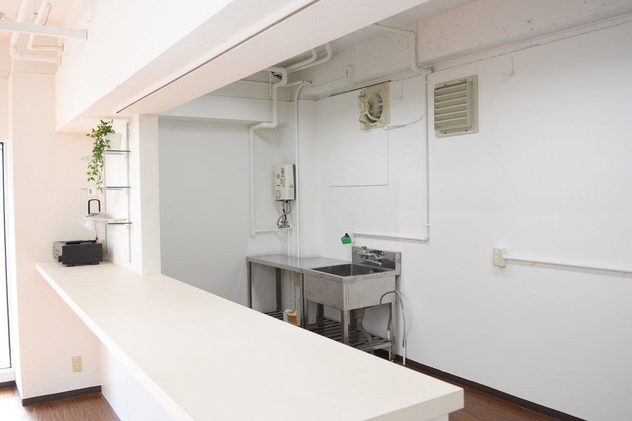 カウンター付キッチンです。キッチンスペースも広いです。写真にはありませんが、冷蔵庫・電子レンジ・コンロも設置しております。