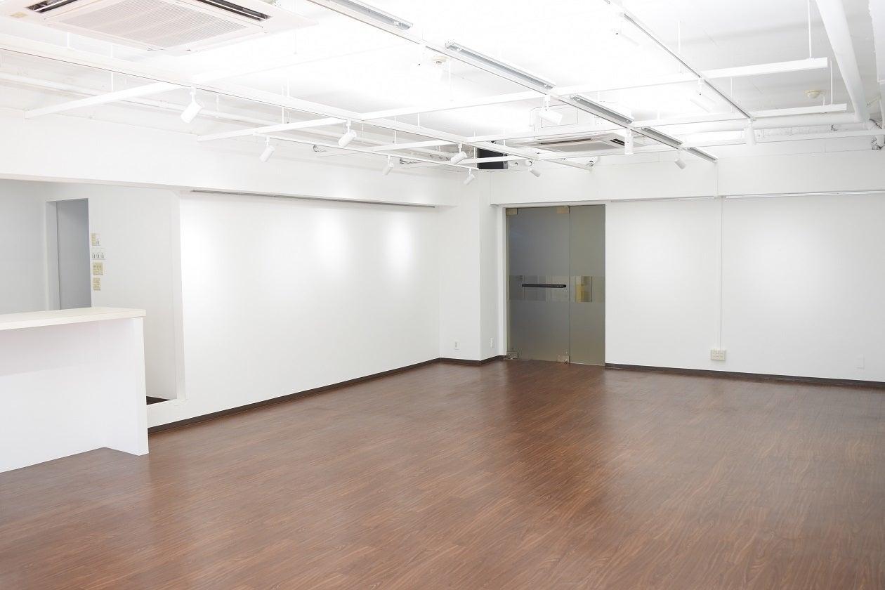 広くて明るい室内です。ライトの向きも変えれます。