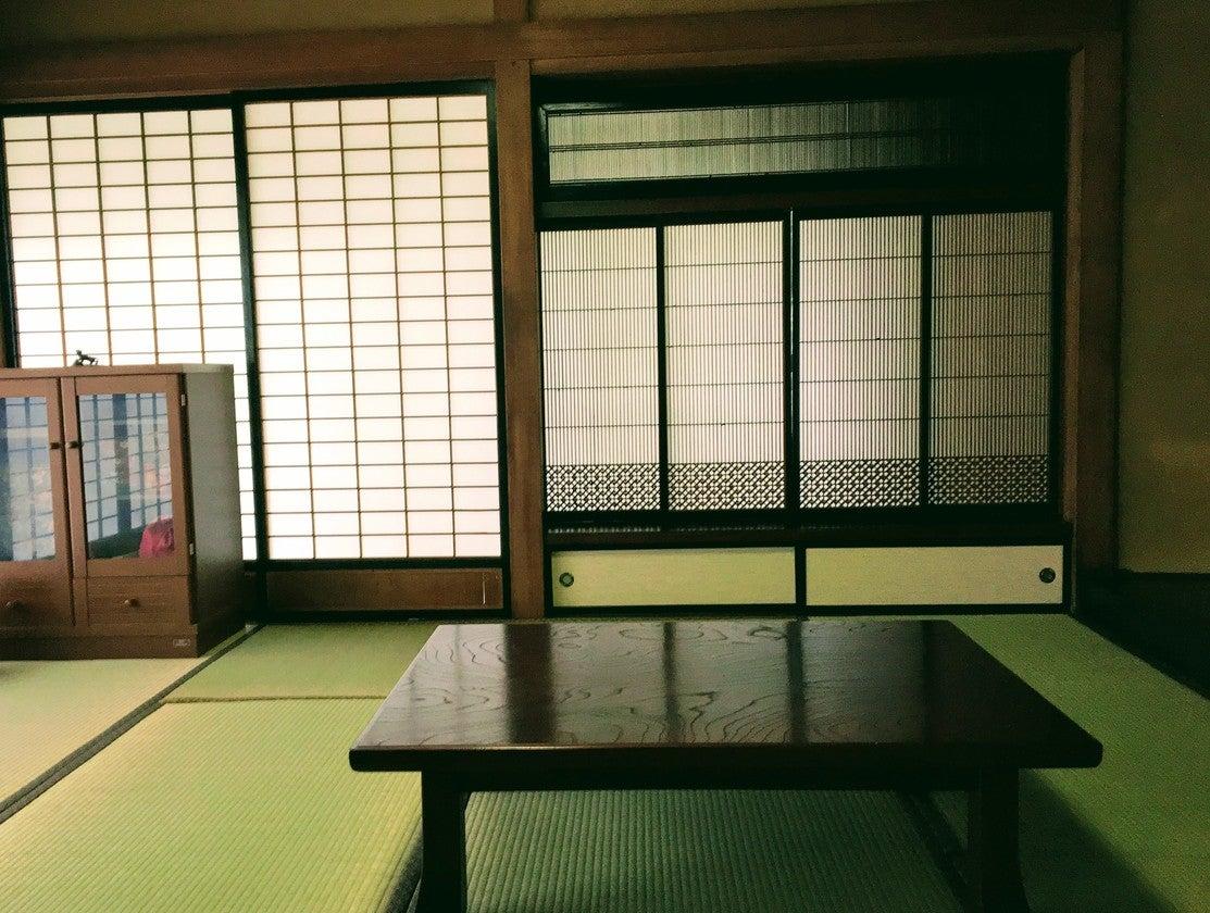 襖を開けると16畳の開放的な空間。高い天井。欄間と障子の織りなす純和風スタイル。 の写真