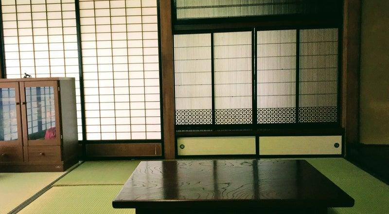 襖を開けると16畳の開放的な空間。高い天井。欄間と障子の織りなす純和風スタイル。