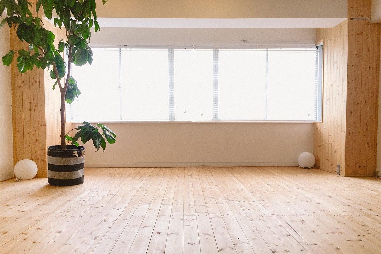 レトロなビルの1室をリノベーションをしたスタジオは無駄を削ぎ落としたミニマムな空間が広がっています。無垢の木の床で、自然な呼吸とぬくもりが心地よいスタジオです。