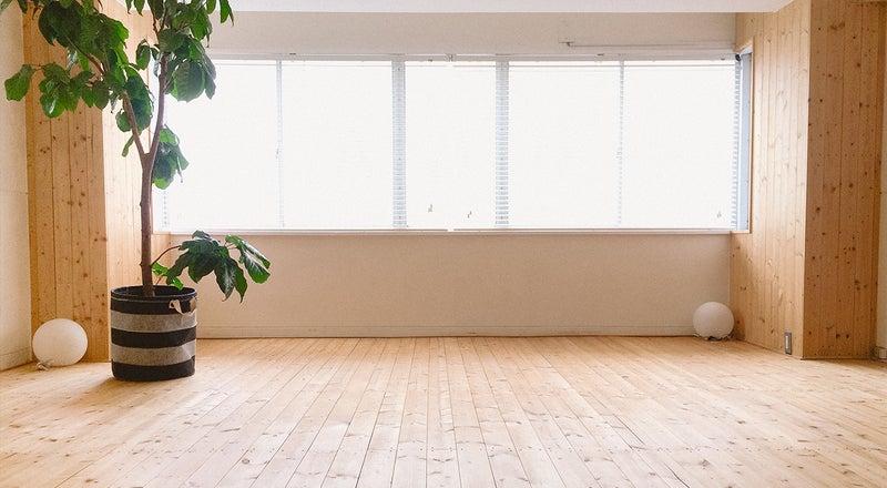 【銀座】オーガニック無垢床ヨガスタジオ・ヨガマット、ブロックなど完備