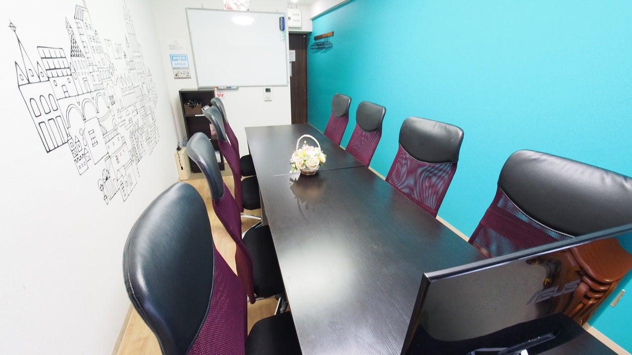 窓側からの写真です。貸し会議室として必要なホワイトボードの位置を確認いただけます。