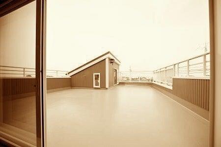 見晴らしよい屋上と低い出入り部屋 の写真
