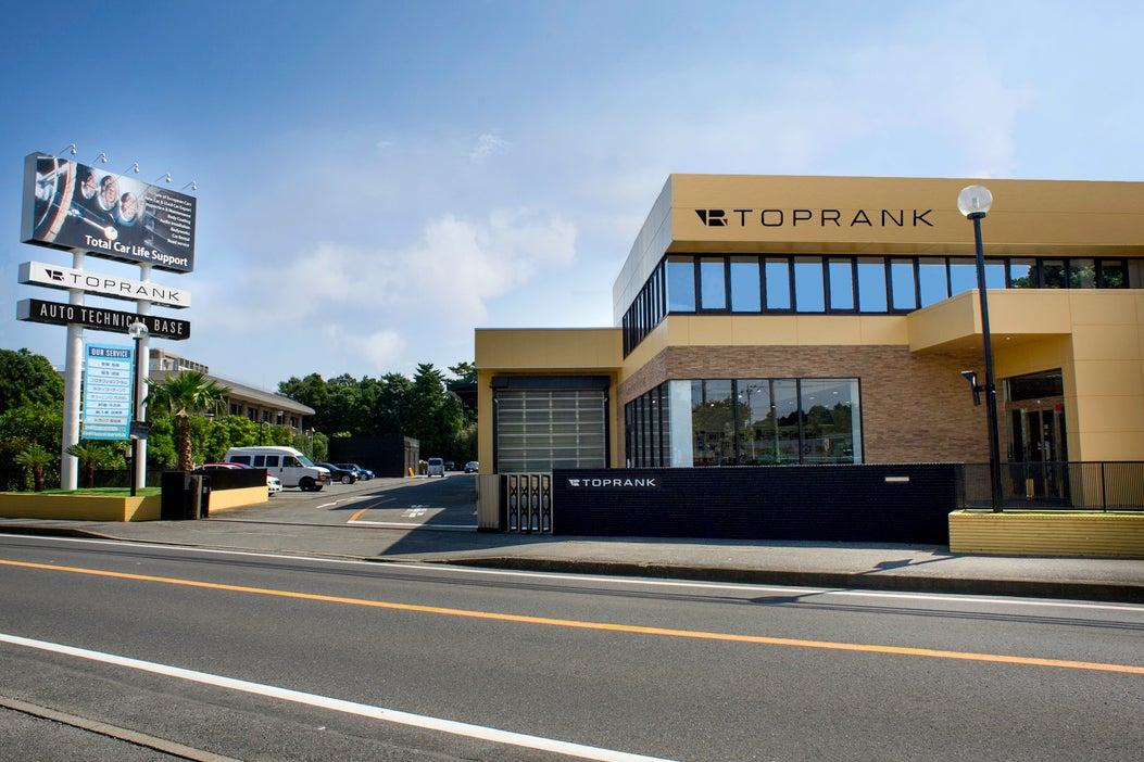西海岸を彷彿とさせる自動車ショールーム・2Fセミナースペースを使ってイベントや撮影など【整備工場以外の建物部分】 の写真