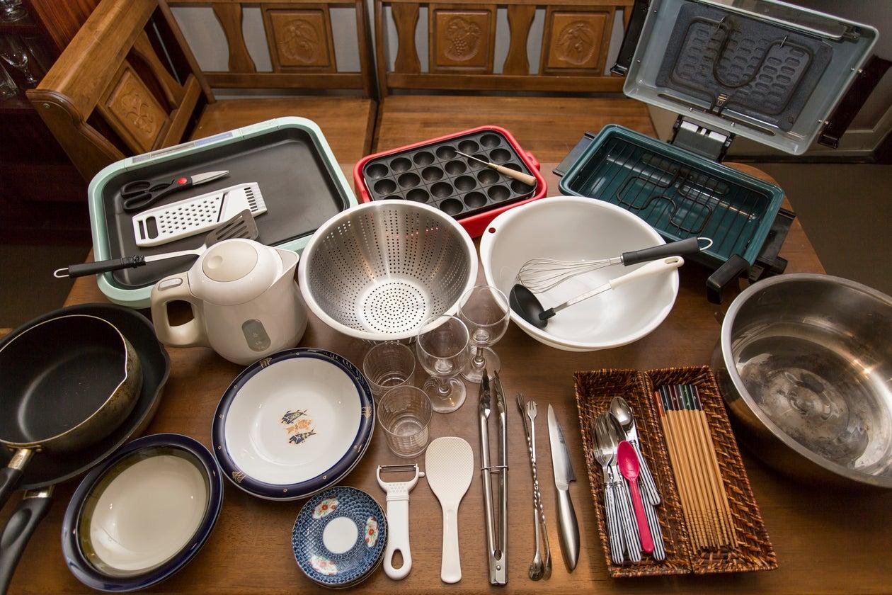 食器についての問い合わせが多いので。タコ焼き器、魚焼き器、ホットプレート、フライパン、ザル、鍋、ボール、食器多数、グラス30,40個、はし、スプーン、フォーク、缶切り 写真はそれの一部です