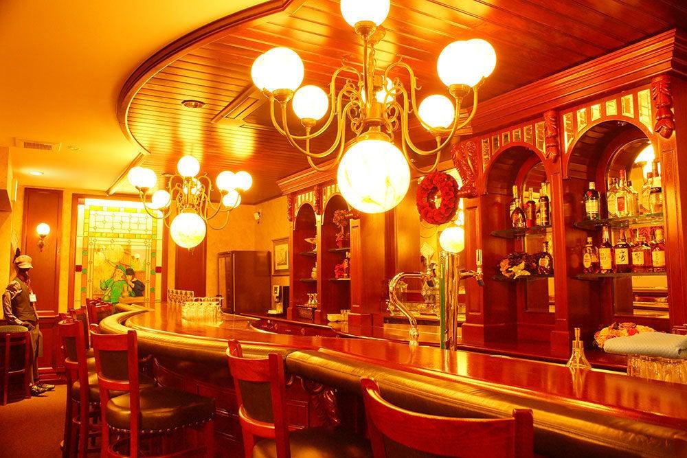 シャンデリア輝く異人館インテリアのカフェ。着席60名、立席100名様まで。 の写真