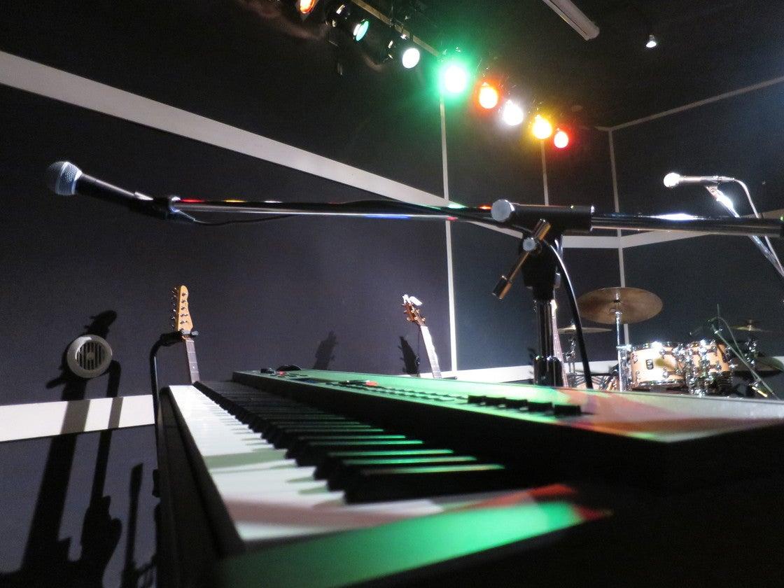ステージ上のドラムセットやピアノの有無も選べます