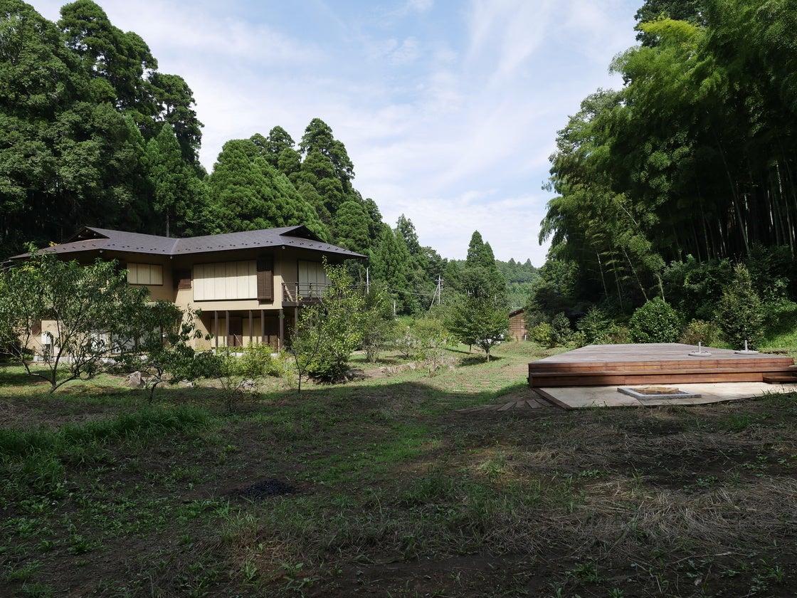 広大な敷地(2000坪)。右がBBQガーデン、左が別荘本邸です。