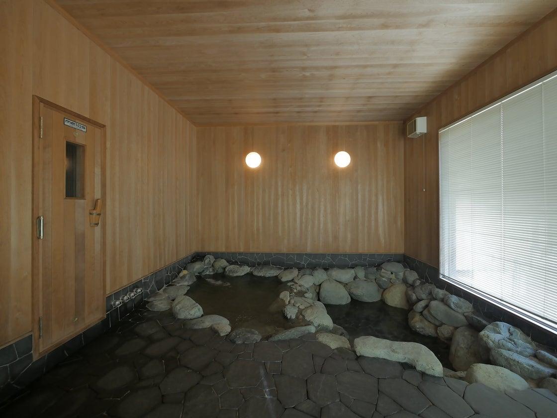 母屋の一画には、旅館にあるような岩風呂があります。