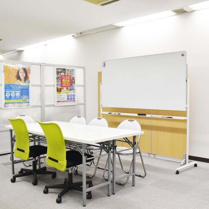 会議室横には打合せや休憩所等として使用できるフリースペースもございます。