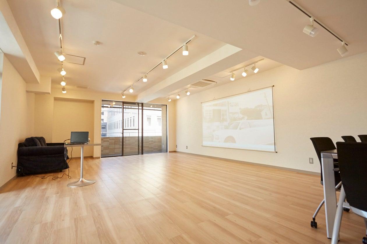 神谷町駅徒歩10秒の便利な場所です。新装のきれいなお部屋です。 35㎡ 120インチの大スクリーン、ホワイトボード完備です。