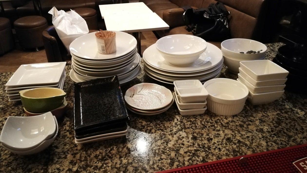 大小様々なお皿があります。