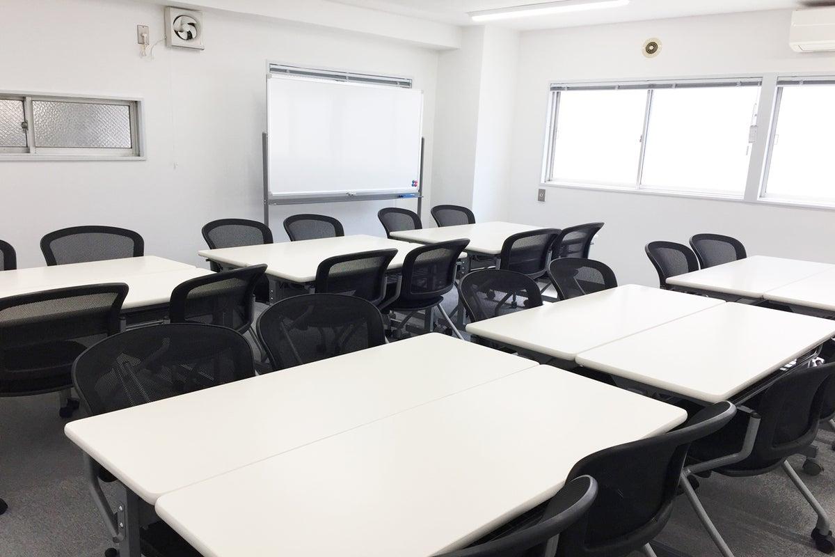 新宿三丁目 新宿駅から駅近 徒歩3分 中規模会議室 30人まで セミナー 会議 オフ会などに最適 の写真
