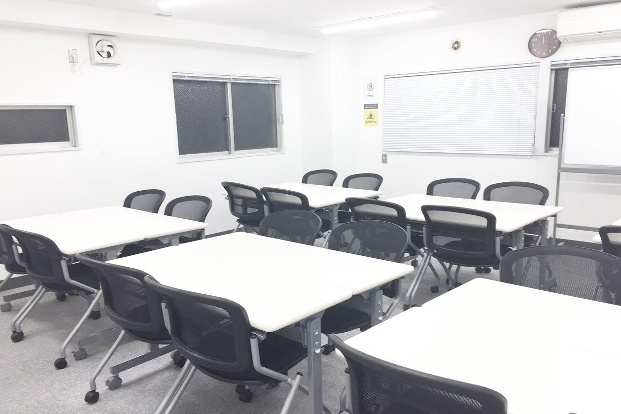 新宿三丁目 新宿駅から駅近 徒歩3分 中規模会議室 30人まで セミナー 会議 オフ会などに最適 のサムネイル