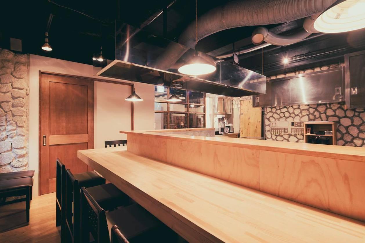 キッチンスペース10~15人、サロンスペース10~15人収容可能。