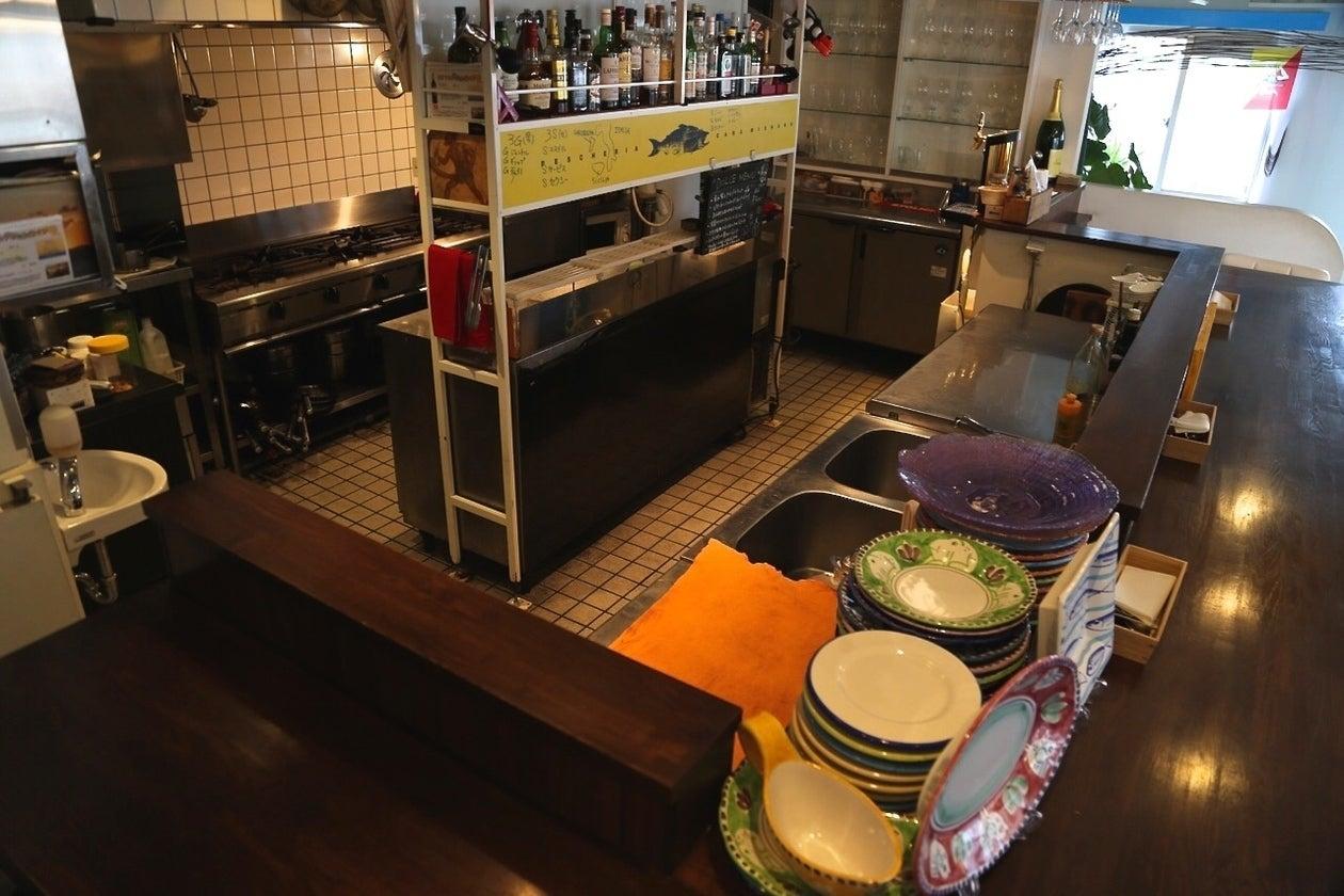 コの字のキッチンは全体を見回せて料理教室に最適。大人数調理場に入れるのは利用者さんにとって利点の一つ。