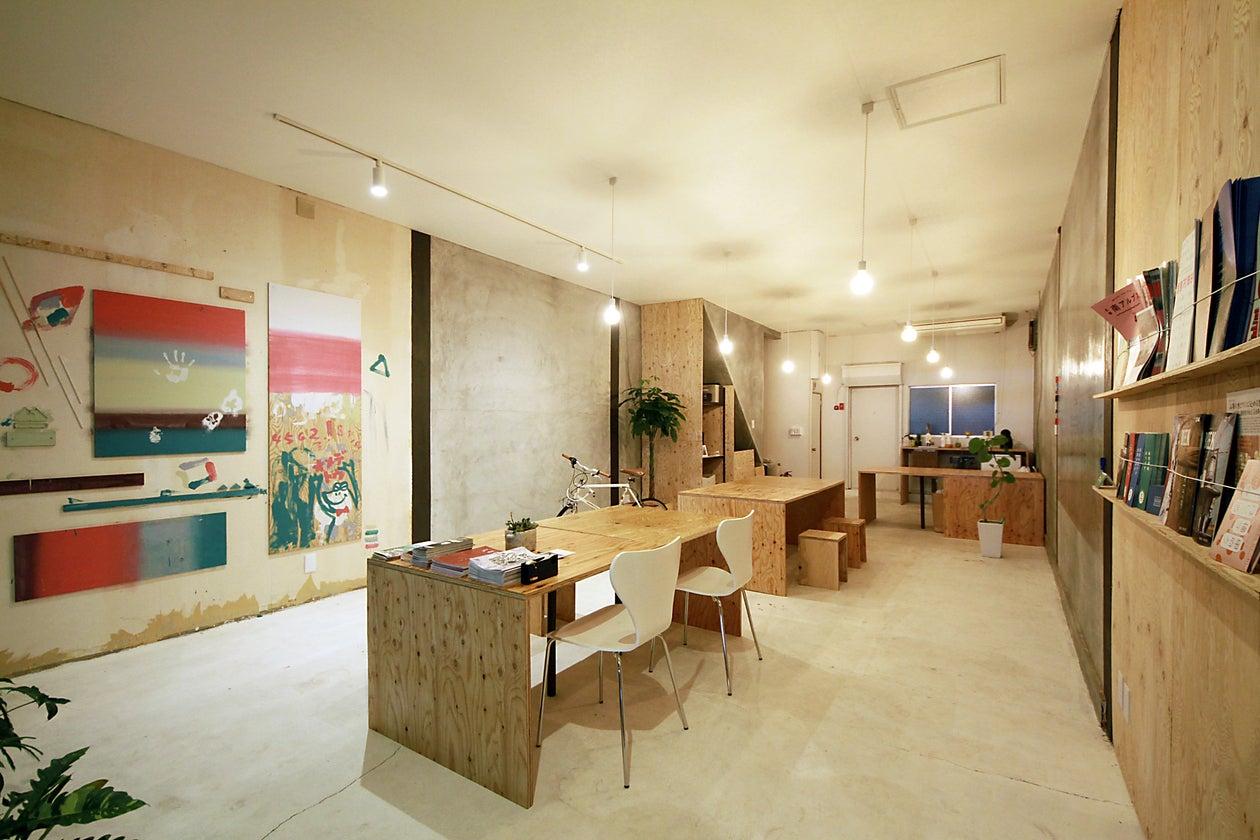 自然光に白と木とモルタルの壁。ブランディング・制作会社DEPOTのオフィス。 の写真