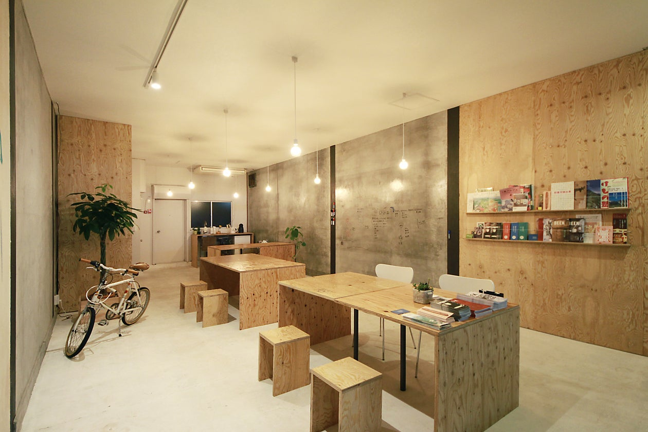 自然光に白と木とモルタルの壁。ブランディング・制作会社DEPOTのオフィス。(DEPOTオフィス) の写真0