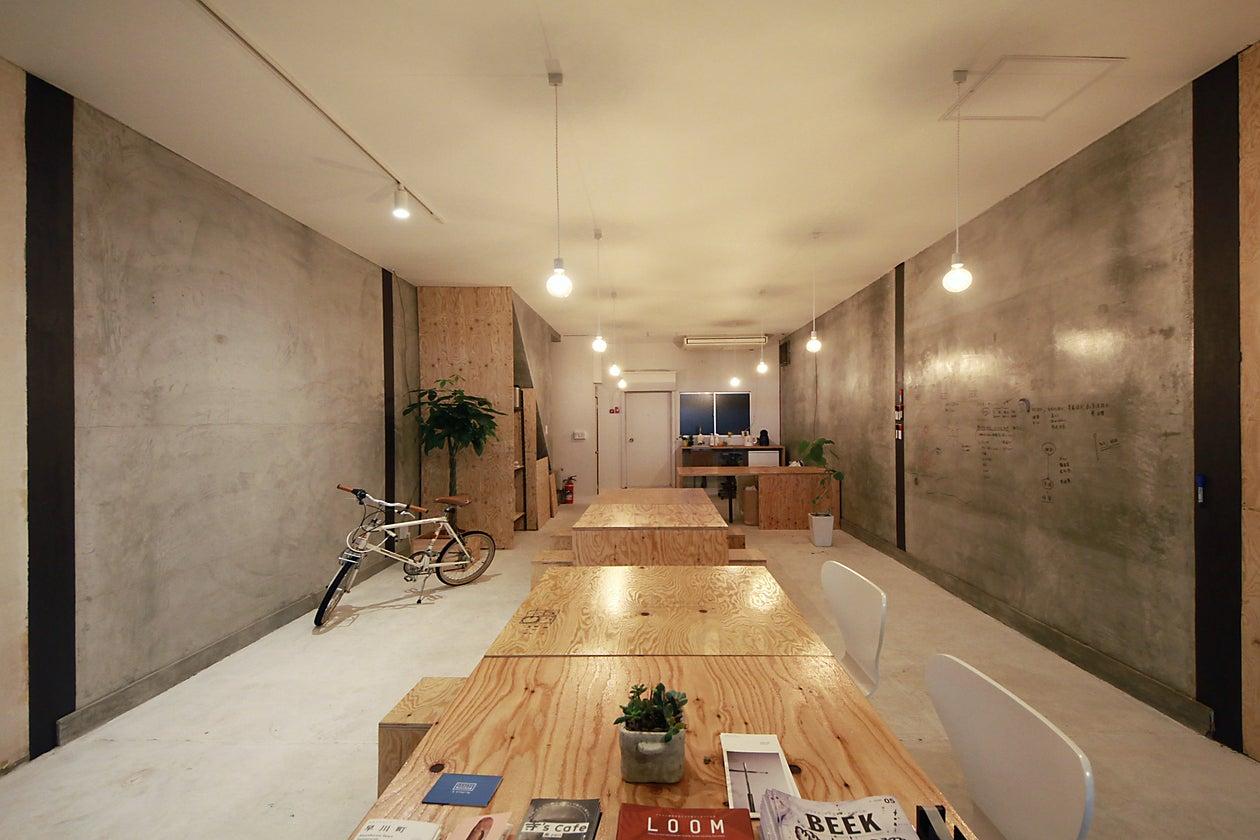 自然光に白と木とモルタルの壁。ブランディング・制作会社DEPOTのオフィス。 のサムネイル