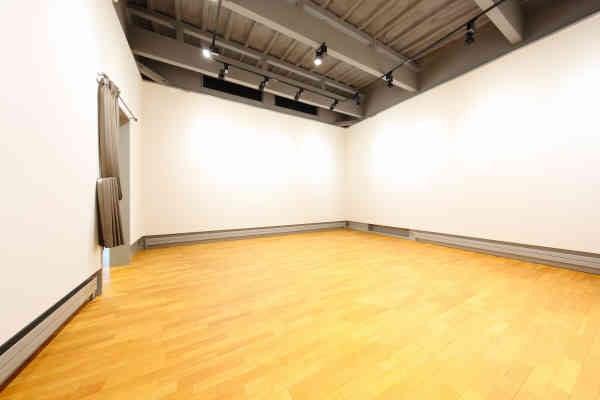 天井高 4.5m 大ホール(藻岩山スタジオ アイランドキッチン 茶室 天高4.5m大ホール 絶景テラス ロックガーデン) の写真0