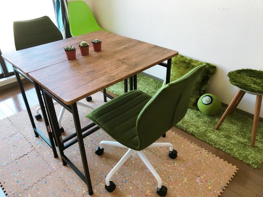テーブル2台、チェアは計5台。 ワークチェア2脚、シェルチェア1脚、パイプチェア1脚(2017/12/21に追加)、背もたれなしの補助チェア1脚がございます。