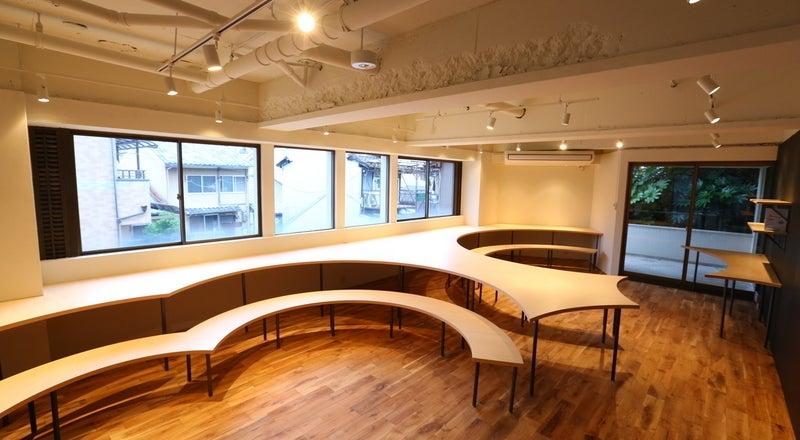 【京都】無垢の木を用いた居心地の良いスペースなら、無機質な会議室ではできない京都らしい落ち着いた会議・セミナー・説明会が可能に。