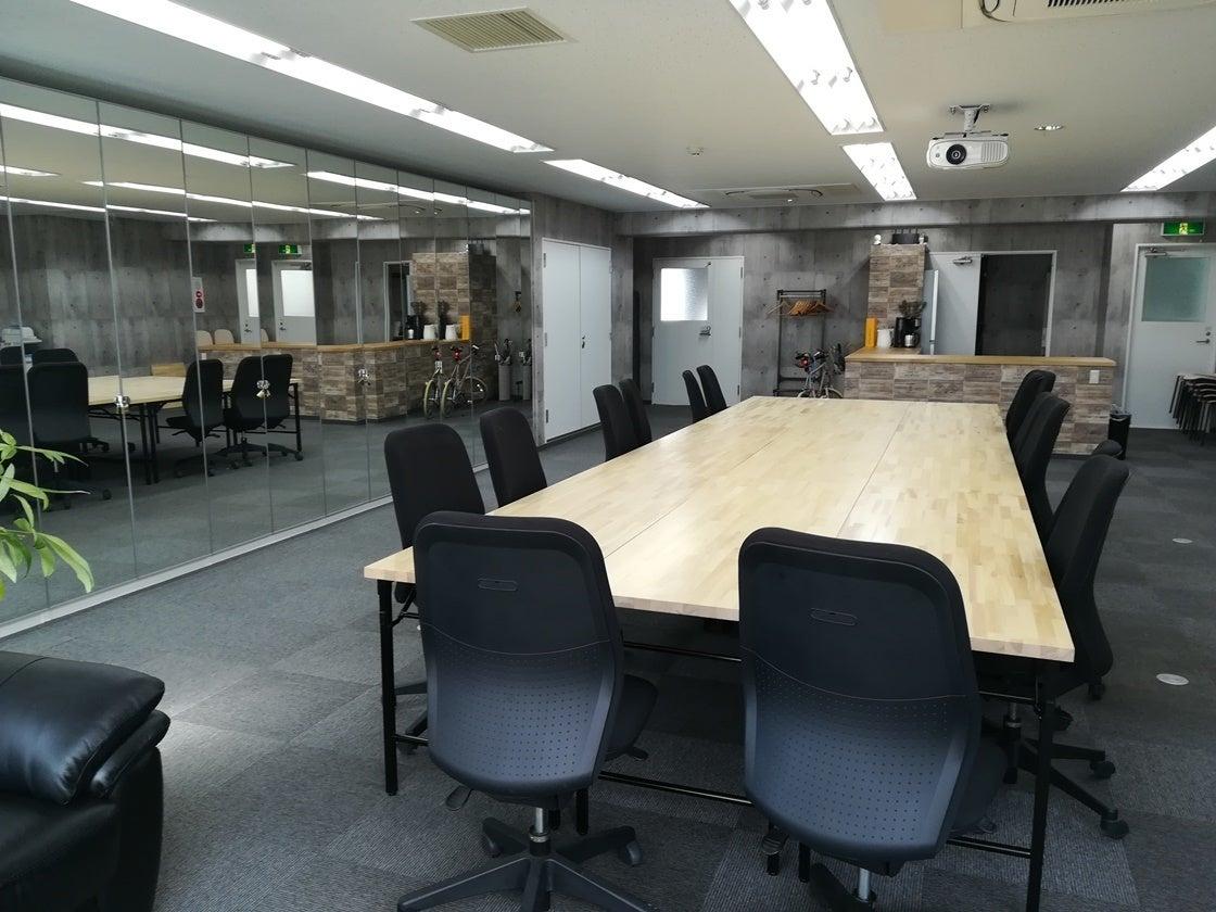 Web会議や大型スクリーンで映画鑑賞も…多様に使えるミーティングスペース demokura の写真