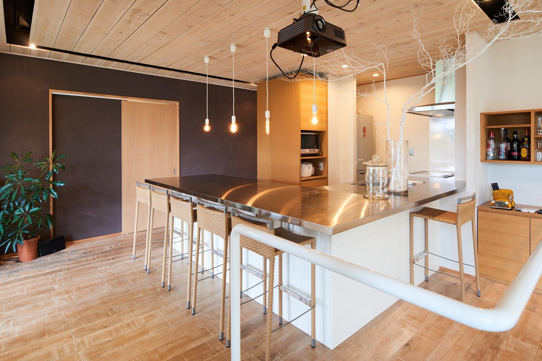 広々としたキッチンスペースにカウンターチェア6席完備。 料理器具の貸し出しもしているので、大勢でのパーティも可能です。料理自慢の腕のみせどころです。