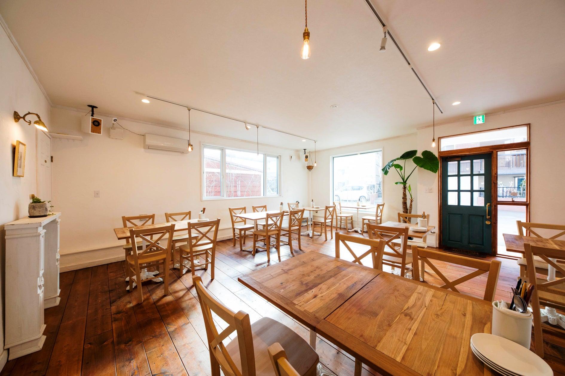 駅から徒歩2分*白を基調としたフランス風一軒家カフェ*キッチン利用可*贅沢な1人がけソファカウンター*パーティ・撮影会・レッスン の写真