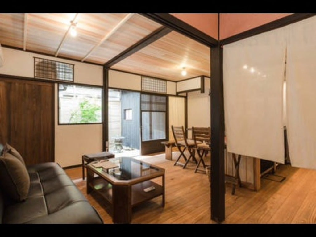 12畳のキッチンとダイニングルーム、玄関からの眺めです。ソファ、テーブル、右手にキッチン、ダイニングテーブル。 6人掛けテーブル、6人掛けソファ。